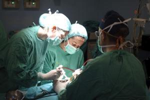 Profesionales sanitarios durante una operación.