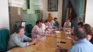 Los socialistas reunidos en el Ayuntamiento.