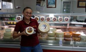 Nieves Zamora, propietaria de Queso Montefrieño, con los quesos galardonados.