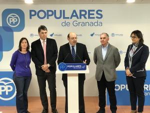 Sebastián Pérez, acompañado por los diputados y una senadora del PP, en la rueda de prensa sobre los PGE.