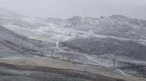La nieve ha dejado una capa blanca este martes en la Sierra.