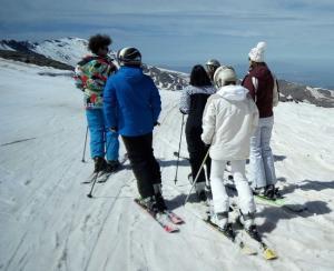 Esquiadores disfrutando de la estación de Sierra Nevada.