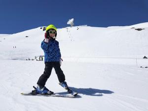 Un pequeño esquiador disfruta de la nieve en la estación granadina.