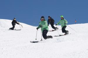 Esquiadores practicando el Telemark.