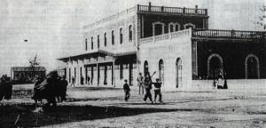 Esta foto corresponde a la fachada original de entrada a la Estación Sur (actual acceso a a la Chana), a los pocos años de su inauguración. Se aprecia la marquesina que después acabó en Moreda.