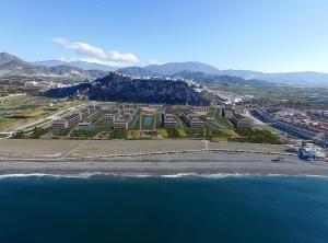 Vista desde el mar con la recreación del proyecto hotelero.