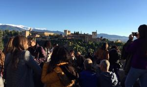 Turistas en el Mirador de San Nicolás.