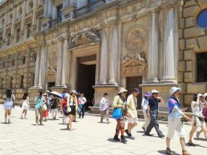 Turistas frente al Palacio de Carlos V.