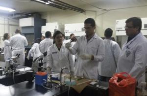Prácticas de biotecnología en laboratorio.