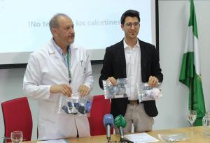 Nicolás Olea (izqda.)  y otro de los científicos, con bolsas de calcetines para bebés analizados..