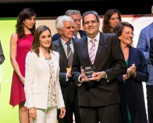 La Reina Letizicia entrega el premio a José Ignacio Porras.