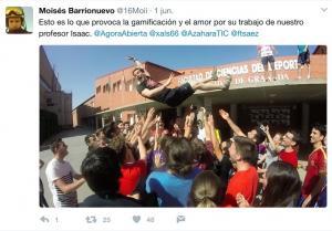 Un tuit de uno de los alumnos muestra cómo mantean a su profesor.