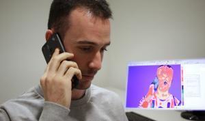 Uno de los participantes en el estudio realiza la llamada de teléfono en la que debe mentir a su interlocutor. En la imagen del termógrafo se ve cómo la temperatura de la nariz desciende, y la de la frente sube.