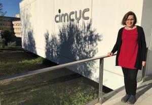Rosa María Rodríguez, en la puerta del Centro de Investigación Mente, Cerebro y Comportamiento (CIMCYC).