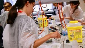 Jóvenes científicas en un laboratorio.