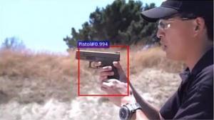 El sistema establece una alerta (recuadro de color rojo) en el lugar exacto donde está la pistola en el vídeo.