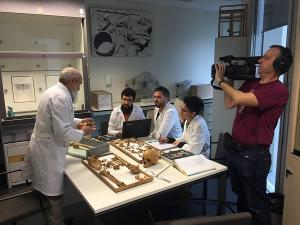 El periodista de Reuters Jim Drury, durante la reciente grabación de un reportaje con el catedrático de Antropología Física de la UGR Miguel Botella y su equipo de investigación, en la Facultad de Medicina