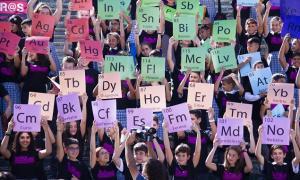 Escolares forman una tabla periódica con los elementos químicos.
