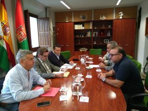 Los representantes de UGT con el teniente de alcalde Baldomero Oliver.