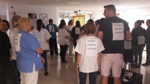 El personal lleva carteles con la leyenda 'Nuestro hospital se muere'.