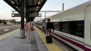 Viajeros del AVE en la estación granadina.