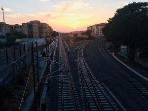 Vías del tren al converger en dirección al Camino de Ronda y la estación.