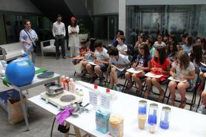 Los escolares ha podido comprobar que el agua forma parte de numerosos productos.