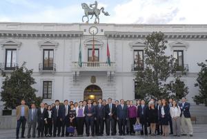 La delegación china, con los representantes institucionales granadinos y del sector turístico, a las puertas del Ayuntamiento.