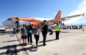 Turistas procedentes de Manchestar saludan a su llegada al aeropuerto.