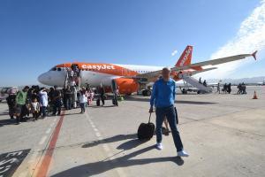 Turistas procedentes de Manchester, en el primer vuelo de la conexión con Granada.