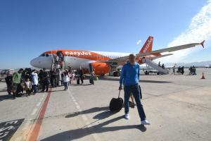 Pasajeros del primer vuelo que llegó procedente de Mánchester.