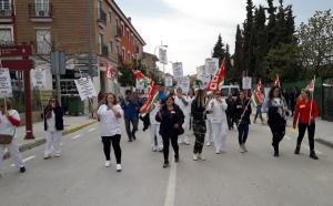 Las trabajadoras protestan por las calles de Zújar.