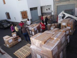 Se han enviado más de un centenar de cajas con ropa, material escolar o alimentos no perecederos.