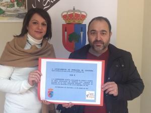 La alcaldesa con el representante de Aúpa.