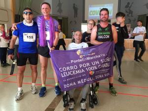 Héroes: Jorge Abarca y Javier Martín Alcaide, portan la bandera solidaria, junto a otros solidarios.