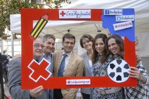 El presidente de Cruz Roja Granada, Francisco Escribano, con los representantes municipales.
