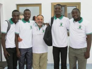 El presidente de la Fundación con estudiantes.
