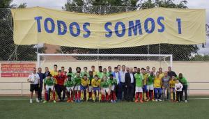 Integrantes de los dos equipos que han jugado el partido benéfico.