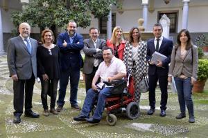 Concejales de todos los grupos municipales con los representantes de la Fundación Diversos.