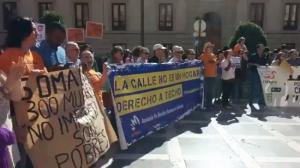 Pancartas de algunos participantes, en Plaza Nueva.