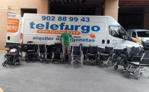 Un agente de la asociación junto a sillas recogidas para una de las campañas.