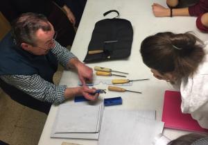 El maestro Luis Reyes imparte el taller a miembros de Adaner.