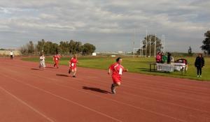 Varios participantes del club deportivo en una carrera de atletismo.