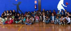 Recibimiento a los menores saharauis en el pabellón deportivo de Gójar.