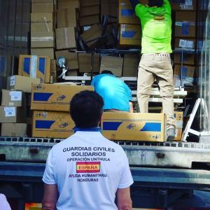 Guardias Civiles Solidarios cargan los contenedores con ayuda humanitaria para Honduras.