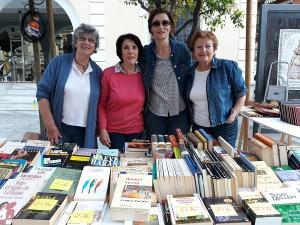 Voluntarias en la feria benéfica del libro usado.
