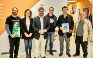 Fran Hervías y Mar Sánchez con los representantes de Jusapol, en una imagen en la que también aparece su padre.