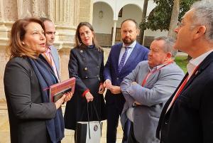 La consejera, en el Parlamento, con alcaldes almerienses y representantes de la Junta