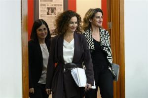 La ministra María Jesús Montero seguida de las ministras Teresa Ribera y Carolina Darias.