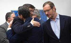 Juan Manuel Moreno y Juan Marín se abrazan en presencia de Javier Maroto.